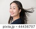 笑顔で振り向く若い日本人女性 44436707