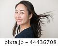 笑顔で振り向く若い日本人女性 44436708