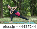 自然の中でヨガをする若い日本人女性 44437244