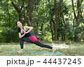 自然の中でヨガをする若い日本人女性 44437245