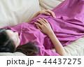 ソファで寝る若い妊婦 日本人女性 44437275