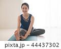 ヨガをする若い日本人女性 44437302