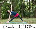 自然の中でヨガをする若い日本人女性 44437641