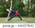 自然の中でヨガをする若い日本人女性 44437642