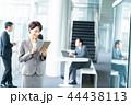 タブレット ビジネスウーマン 操作の写真 44438113