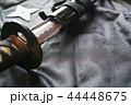 黒い布の上の抜きかけた日本刀と手裏剣 44448675