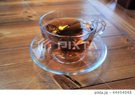 ガラスのグラスに注がれた紅茶 44454048