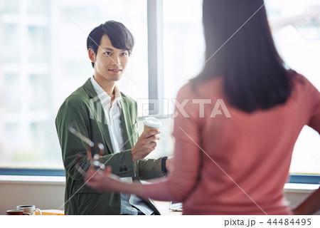 オフィスでの会話、ビジネスシーン 44484495