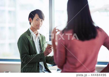 オフィスでの会話、ビジネスシーン 44484496