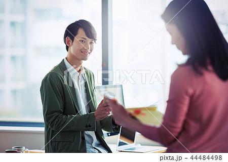 オフィスでの会話、ビジネスシーン 44484498