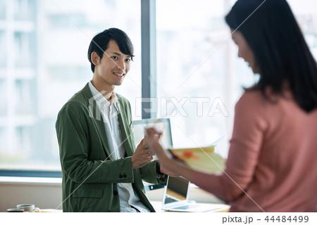 オフィスでの会話、ビジネスシーン 44484499