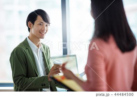 オフィスでの会話、ビジネスシーン 44484500