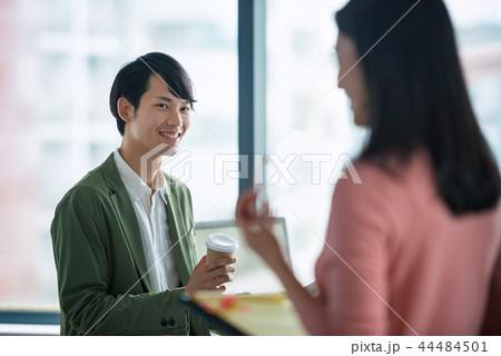 オフィスでの会話、ビジネスシーン 44484501