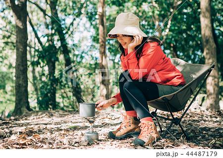 山で料理をする女性 44487179