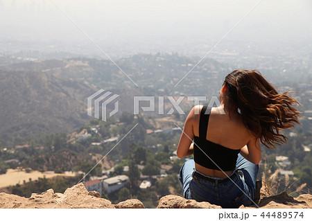 ハリウッドサインの裏側を眺める女性4 44489574