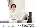 女性 寝室 ベッドの写真 44508723