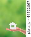 紙で作られた家を持つ女性の手 44522867