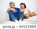 シニア 夫婦 家族 寄り添う 高齢者 44523969