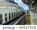 東京駅14番線ホームに到着したのぞみ号 44527419