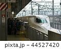 新幹線名古屋駅14番線でひかり518号の入線を待つ乗客と新幹線 44527420
