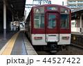 津新町駅3番線ホームに停車中の普通列車名古屋行き 44527422
