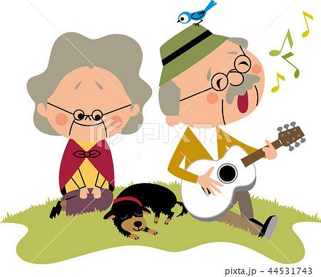 おじいさんの弾き語りを聴くおばあさん 44531743