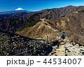 丹沢・三ノ塔のハイカーと富士山 44534007