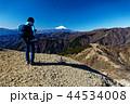 丹沢・三ノ塔のハイカーと富士山 44534008