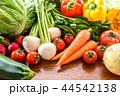 たくさんの野菜 木目テーブル 44542138