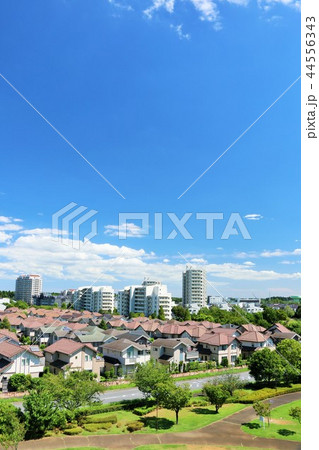 爽やかな青空の街並み 44556343