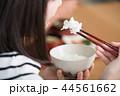箸でごはんを食べる若い日本人女性 44561662