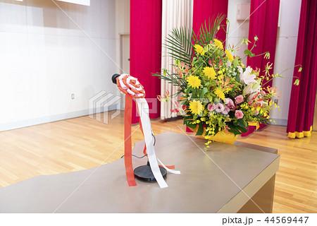 ステージ上の演台(マイク&壇上花) 44569447