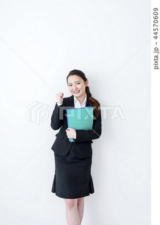 ファイルを持ってガッツポーズをする笑顔のビジネスウーマン 44570609