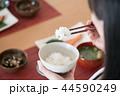 箸でごはんを食べる日本人女性の手元 44590249