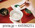 箸でごはんを食べる日本人女性の手元 44590251