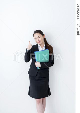 ファイルを持ってグッドサインをする笑顔のビジネスウーマン 44599832