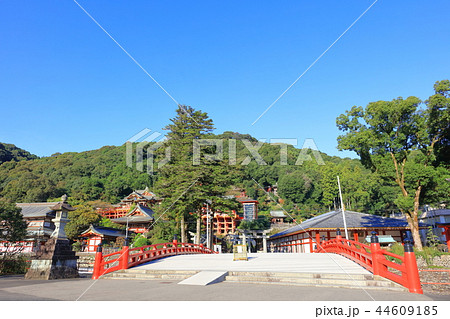 朝日を浴びる秋の祐徳稲荷神社(佐賀県鹿島市) 44609185