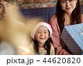 クリスマスを楽しむ家族 44620820