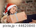 クリスマスを楽しむ家族 44620840
