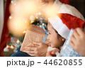 クリスマスを楽しむ家族 44620855