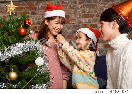 クリスマスを楽しむ家族 44620874