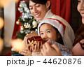 クリスマスを楽しむ家族 44620876
