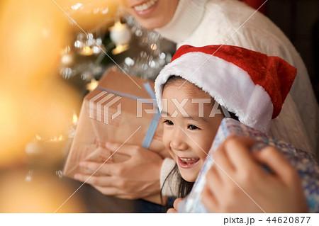 クリスマスを楽しむ家族 44620877