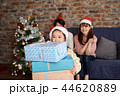 クリスマスを楽しむ家族 44620889