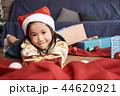 クリスマスを楽しむ子供 44620921