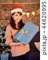 クリスマスを過ごす女性 44620995
