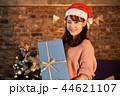 クリスマスを過ごす女性 44621107