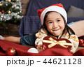 クリスマスを楽しむ子供 44621128