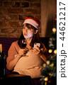 クリスマスを過ごす女性 44621217