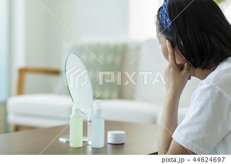 白髪を気にする中年女性 44624697